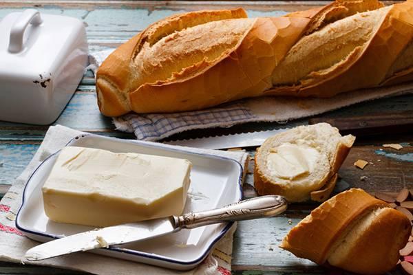 09.パンやバターを並べたテーブルセットを撮影した写真壁紙画像