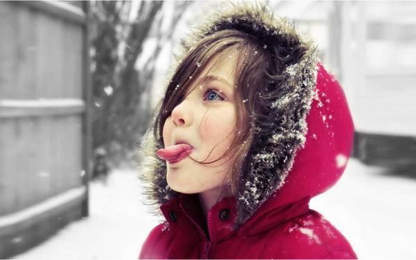 01.舌を出して雪を食べようとする女の子を撮影した可愛い写真壁紙画像