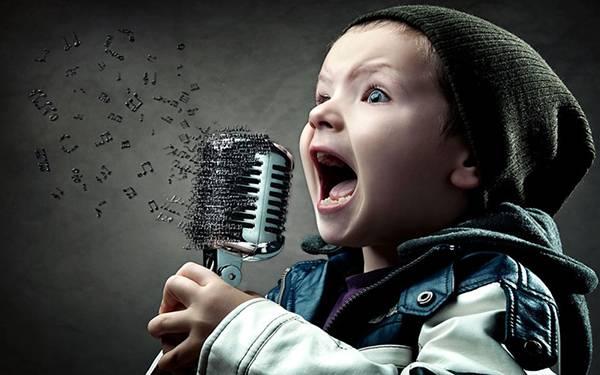 02.マイクに向かって熱唱する男の子を撮影した写真壁紙画像