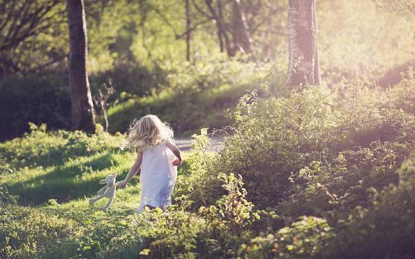 03.ぬいぐるみを持って森の中を走る少女を撮影した綺麗な写真壁紙画像