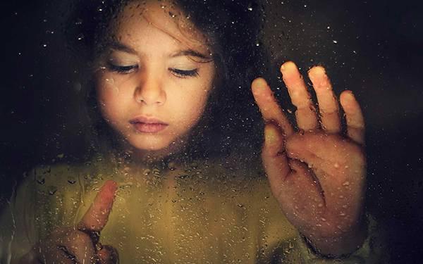 05.窓の水滴を指でなぞる女の子を撮影した綺麗な写真壁紙画像