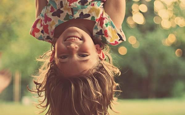 07.逆さまになって楽しそうに笑う女の子を撮影した可愛い写真壁紙画像