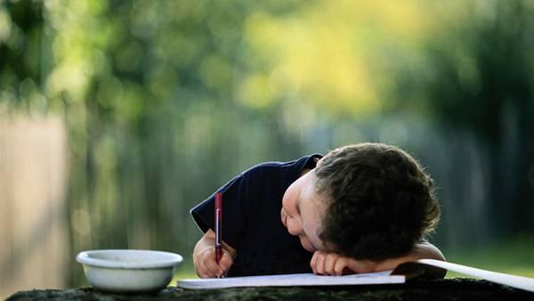 08.ノートとペンで勉強をする男の子を撮影した綺麗な写真壁紙画像