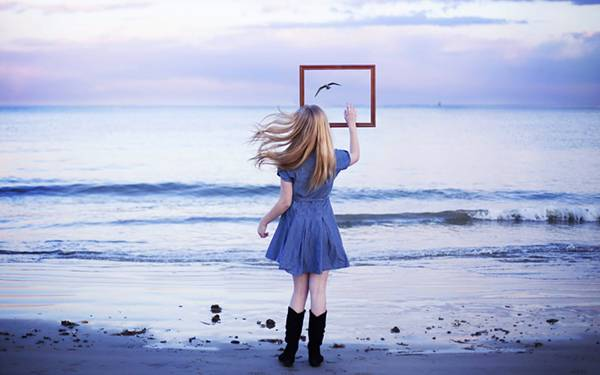 09.海辺の少女と額縁の中の鳥を撮影した綺麗な写真壁紙画像