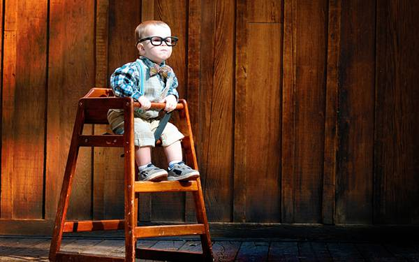 10.子供用の椅子に座った黒縁メガネの男の子の可愛い写真壁紙画像