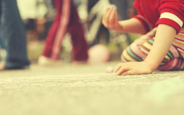 11.床に座り込んで遊ぶ子供をぼかして撮影した綺麗な写真壁紙画像
