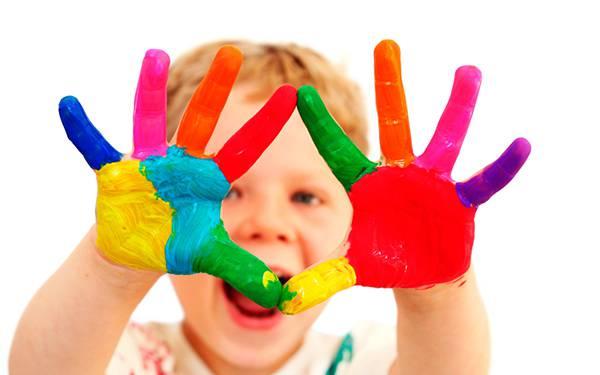12.両手に絵の具を付けて楽しそうにしている男の子を撮影した写真壁紙画像