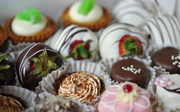 09.フルーツやクッキーのチョコレートを並べて撮影した可愛い写真壁紙画像