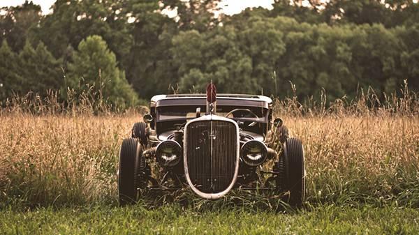 01.草むらの中のクラシックカーを撮影した渋い雰囲気の写真壁紙画像