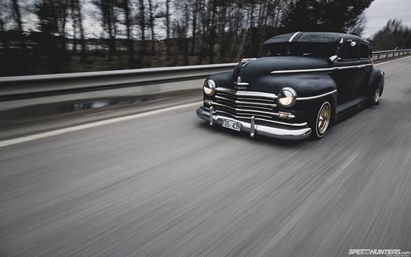 04.道路を走る黒いクラシックカーを撮影したカッコイイ写真壁紙画像