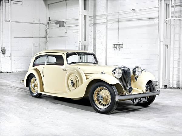 06.上品な白がオシャレなクラシックカーの高画質な写真壁紙画像
