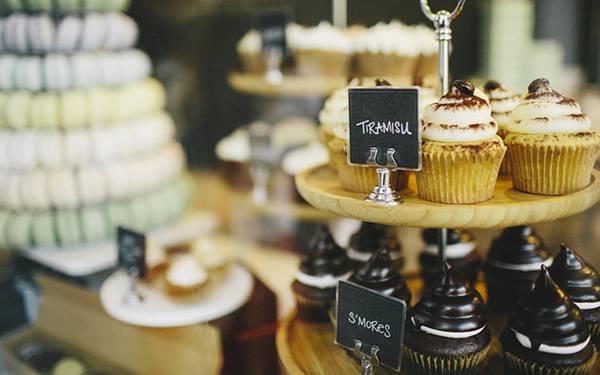 02.綺麗に積み上げられた高級そうなカップケーキのおしゃれな写真壁紙画像