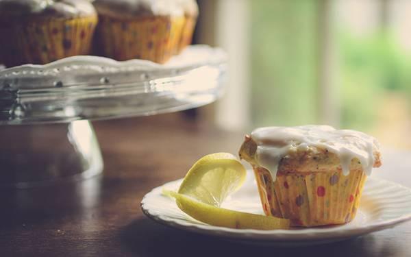 03.たっぷりクリームの乗ったカップケーキとレモンの綺麗な写真壁紙画像