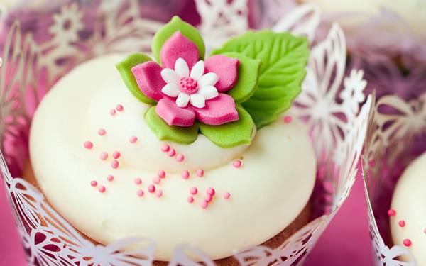07.花のデコレーションが綺麗なカップケーキの写真壁紙画像