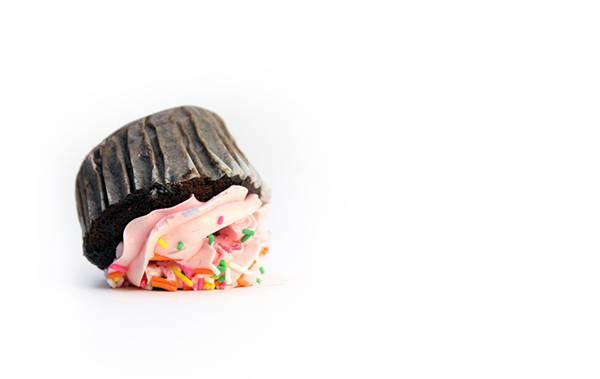 11.床に落としてしまったカップケーキを撮影したシンプルな写真壁紙画像