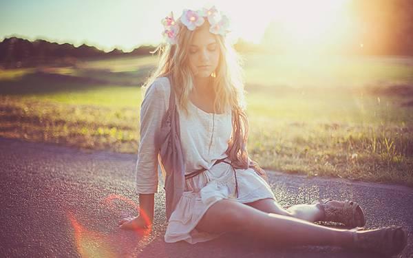 01.夕日の中の花の冠をつけてドレスを着た少女を撮影した写真壁紙画像