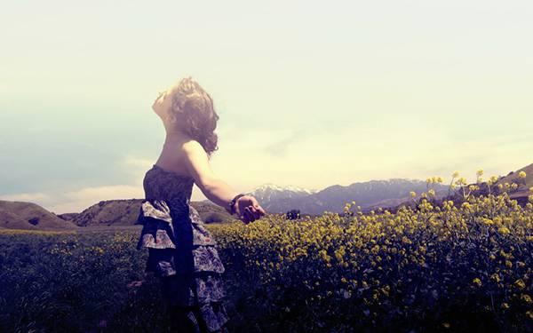 02.お花畑を歩くドレスを着た女性の綺麗な写真壁紙画像