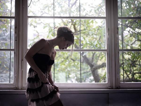 04.ドレスを着た窓辺の女性を撮影した美しい写真壁紙画像