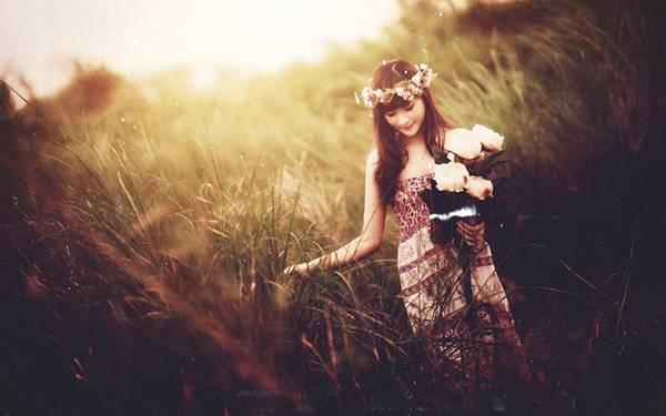 05.草の中を歩くドレス姿の女性をレトロな色調で撮影した写真壁紙画像