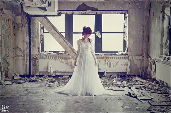 07.荒廃した建物の中に佇むドレス姿の女性を撮影した写真壁紙画像