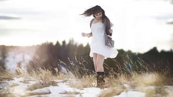 08.雪の残る原っぱではしゃぐ女性を撮影した綺麗な写真壁紙画像
