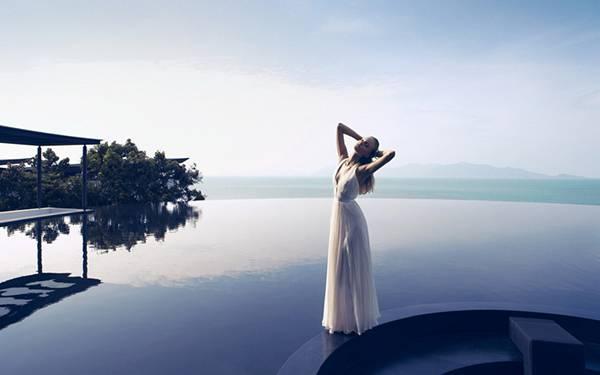 09.湖の前に佇む女性を撮影した綺麗な写真壁紙画像