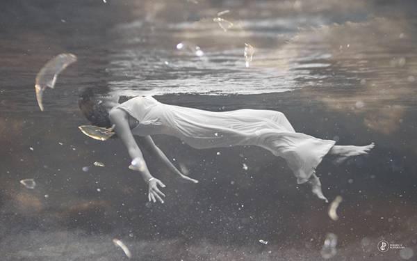12.ドレスを着て水中を漂う女性を撮影した写真壁紙画像