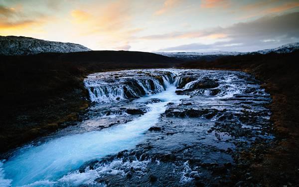 03.ゴツゴツとした岩場を流れる渓流を撮影したきれいな写真壁紙画像