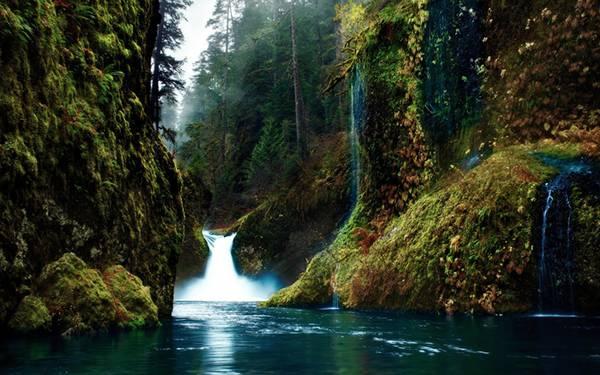 07.崖の間の滝を撮影した美しい写真壁紙画像