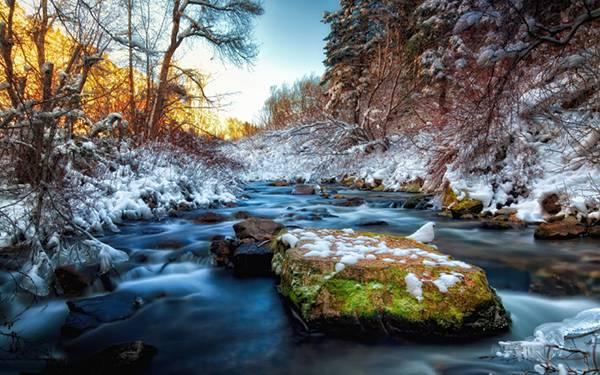 10.雪の積もる冬場の渓流を撮影した綺麗な写真壁紙画像