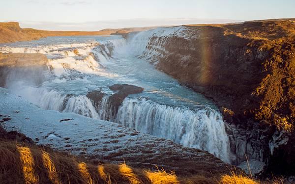 12.岩場の渓流の風景を上空から撮影した綺麗な写真壁紙画像