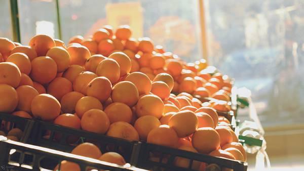 02.棚にたくさん積み上げられたオレンジを撮影した写真壁紙画像
