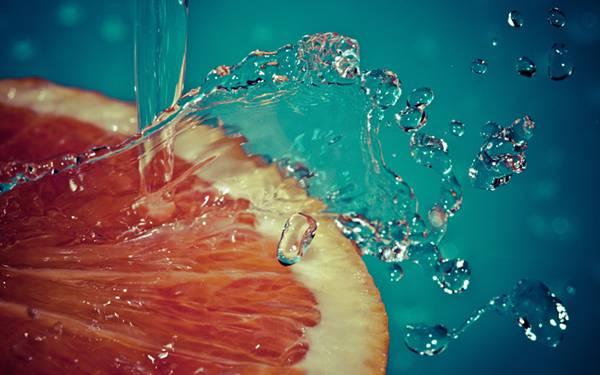 09.オレンジの上に注ぎ込んだ水の綺麗な写真壁紙画像