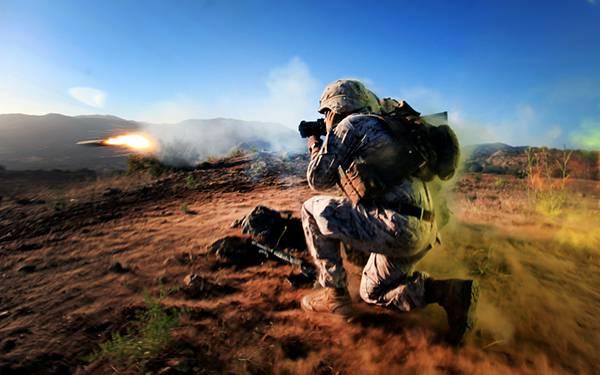 02しゃがんだ姿勢でロケットランチャーを撃つ兵士を撮影した写真壁紙画像
