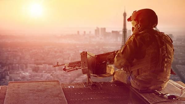 03.夕日の中で座り込んだ武装した兵士を撮影した美しい写真壁紙画像