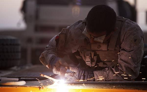 04.鉄を加工する作業をしている軍人を撮影した写真壁紙画像