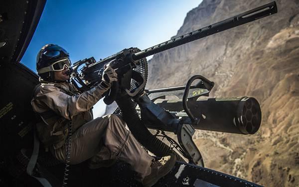 05.ヘリの中から銃を構える兵士を撮影した迫力の写真壁紙画像