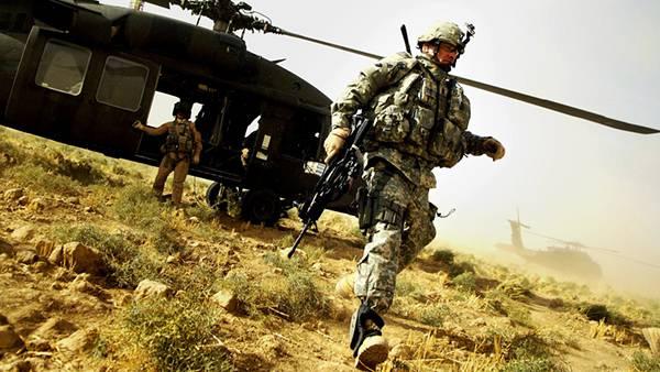 06.ヘリから降りて荒野を歩く兵士を撮影したカッコイイ写真壁紙画像