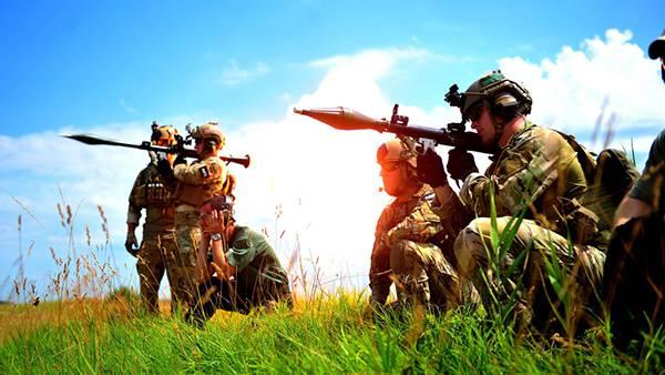 07.ランチャーを構える兵士たちを鮮やかな色彩で撮影した写真壁紙画像