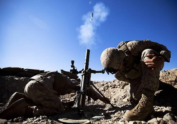 08.上空に向かってロケットランチャーを打ち上げる兵士の写真壁紙画像