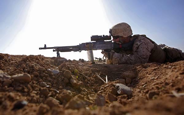 09.地面に這いつくばって銃を構える軍人を撮影した写真壁紙画像