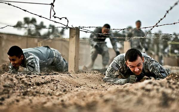 10.匍匐前進のトレーニングをする軍隊の写真壁紙画像
