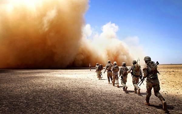 11.巨大な爆風の砂煙の方へ隊列を組んで歩いて行く軍隊の写真壁紙画像