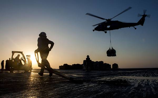12.作業をする軍隊を逆光のシルエットで撮影したカッコイイ写真壁紙画像