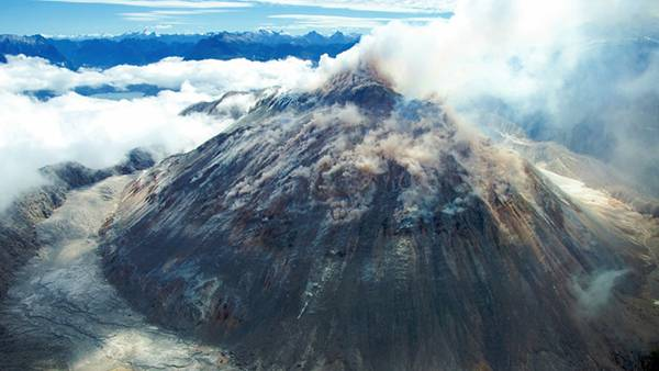 01.煙の中の活火山を撮影した綺麗な写真壁紙画像