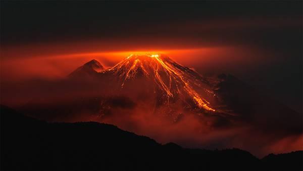02.赤く光る溶岩の流れ出る火山を撮影したかっこいい写真壁紙画像