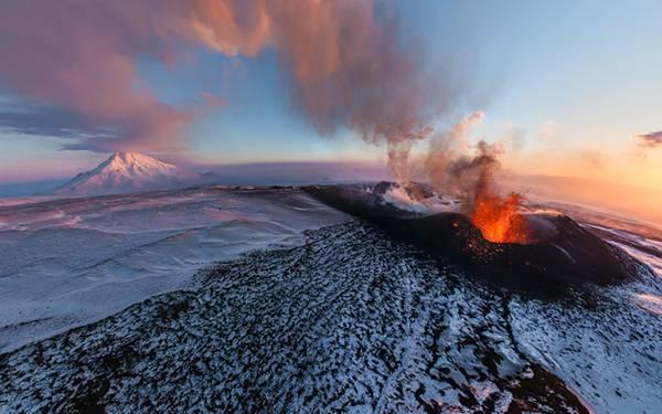 03.噴火中の活火山を上空から撮影した迫力の写真壁紙画像