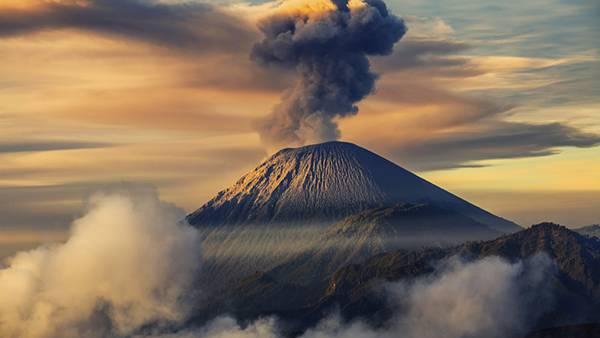 04.煙を吹く火山を撮影した美しい写真壁紙画像