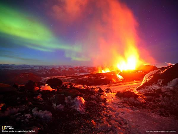 05.噴火する火山とオーロラを撮影した美しい写真壁紙画像
