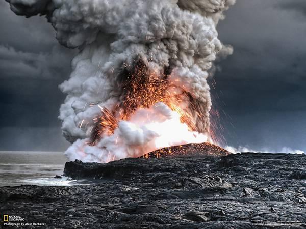 06.煙と火の粉を巻き上げながら噴火する溶岩を撮影した写真壁紙画像